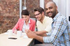 Χαμογελώντας επιχειρηματίας που εξετάζει τη κάμερα στη συνεδρίαση Στοκ εικόνες με δικαίωμα ελεύθερης χρήσης