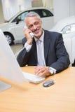 Χαμογελώντας επιχειρηματίας που κάνει ένα τηλεφώνημα Στοκ Φωτογραφίες