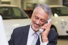 Χαμογελώντας επιχειρηματίας που κάνει ένα τηλεφώνημα Στοκ εικόνα με δικαίωμα ελεύθερης χρήσης