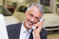 Χαμογελώντας επιχειρηματίας που κάνει ένα τηλεφώνημα Στοκ Εικόνες