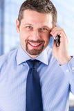 Χαμογελώντας επιχειρηματίας που κάνει ένα τηλεφώνημα Στοκ Εικόνα