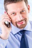 Χαμογελώντας επιχειρηματίας που κάνει ένα τηλεφώνημα Στοκ φωτογραφία με δικαίωμα ελεύθερης χρήσης