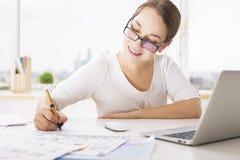 Χαμογελώντας επιχειρηματίας που κάνει τη γραφική εργασία Στοκ φωτογραφία με δικαίωμα ελεύθερης χρήσης