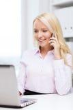 Χαμογελώντας επιχειρηματίας που καλεί το smartphone Στοκ εικόνες με δικαίωμα ελεύθερης χρήσης