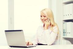 Χαμογελώντας επιχειρηματίας που καλεί το smartphone Στοκ εικόνα με δικαίωμα ελεύθερης χρήσης