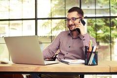 Χαμογελώντας επιχειρηματίας που μιλά στο τηλέφωνό του Στοκ φωτογραφία με δικαίωμα ελεύθερης χρήσης