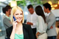 Χαμογελώντας επιχειρηματίας που μιλά στο smartphone Στοκ φωτογραφία με δικαίωμα ελεύθερης χρήσης