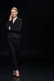 Χαμογελώντας επιχειρηματίας που μιλά στο smartphone Στοκ Φωτογραφίες