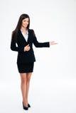 Χαμογελώντας επιχειρηματίας που παρουσιάζει ευπρόσδεκτη χειρονομία στοκ εικόνα