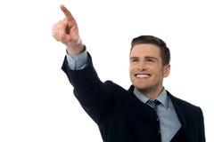 Χαμογελώντας επιχειρηματίας που παρουσιάζει κάτι Στοκ εικόνα με δικαίωμα ελεύθερης χρήσης