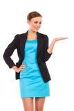 Χαμογελώντας επιχειρηματίας που παρουσιάζει προϊόν. Στοκ φωτογραφία με δικαίωμα ελεύθερης χρήσης