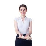 Χαμογελώντας επιχειρηματίας που στέκεται πέρα από απομονωμένο το λευκό υπόβαθρο Στοκ φωτογραφία με δικαίωμα ελεύθερης χρήσης
