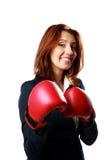 Χαμογελώντας επιχειρηματίας που φορά τη στάση γαντιών εγκιβωτισμού στοκ εικόνα με δικαίωμα ελεύθερης χρήσης
