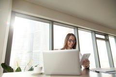 Χαμογελώντας επιχειρηματίας που χρησιμοποιεί τη συνεδρίαση υπολογιστών ταμπλετών στον εργασιακό χώρο Στοκ Φωτογραφία