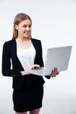 Χαμογελώντας επιχειρηματίας που χρησιμοποιεί το lap-top Στοκ Εικόνες