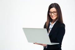 Χαμογελώντας επιχειρηματίας που χρησιμοποιεί το lap-top Στοκ φωτογραφία με δικαίωμα ελεύθερης χρήσης
