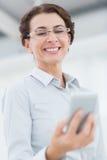 Χαμογελώντας επιχειρηματίας που χρησιμοποιεί το smartphone της Στοκ φωτογραφίες με δικαίωμα ελεύθερης χρήσης