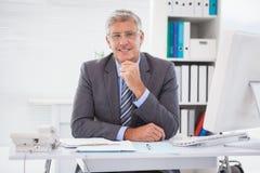 Χαμογελώντας επιχειρηματίας στο γραφείο του Στοκ εικόνα με δικαίωμα ελεύθερης χρήσης