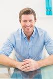 Χαμογελώντας επιχειρηματίας στο γραφείο του Στοκ Φωτογραφία