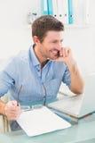 Χαμογελώντας επιχειρηματίας στο γραφείο του Στοκ φωτογραφία με δικαίωμα ελεύθερης χρήσης