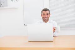 Χαμογελώντας επιχειρηματίας στο γραφείο του Στοκ φωτογραφίες με δικαίωμα ελεύθερης χρήσης