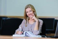 Χαμογελώντας επιχειρηματίας στο γραφείο Στοκ εικόνες με δικαίωμα ελεύθερης χρήσης