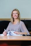 Χαμογελώντας επιχειρηματίας στο γραφείο Στοκ εικόνα με δικαίωμα ελεύθερης χρήσης