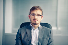 Χαμογελώντας επιχειρηματίας στο γραφείο στοκ φωτογραφία με δικαίωμα ελεύθερης χρήσης
