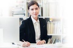 Χαμογελώντας επιχειρηματίας στο γραφείο Στοκ φωτογραφίες με δικαίωμα ελεύθερης χρήσης