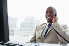 Χαμογελώντας επιχειρηματίας στο τηλέφωνο Στοκ Φωτογραφία