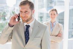 Χαμογελώντας επιχειρηματίας στο τηλέφωνο Στοκ φωτογραφία με δικαίωμα ελεύθερης χρήσης