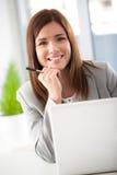 Χαμογελώντας επιχειρηματίας στο lap-top της στοκ εικόνα με δικαίωμα ελεύθερης χρήσης