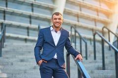 Χαμογελώντας επιχειρηματίας υπαίθριος Στοκ φωτογραφία με δικαίωμα ελεύθερης χρήσης
