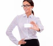 Χαμογελώντας επιχειρηματίας brunette με την κάρτα επίσκεψης Στοκ Εικόνα