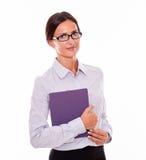 Χαμογελώντας επιχειρηματίας brunette που φέρνει μια ταμπλέτα στοκ φωτογραφία