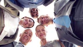 Χαμογελώντας επιχειρηματίες που εξετάζουν τη κάμερα φιλμ μικρού μήκους