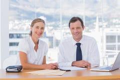 Χαμογελώντας επιχειρηματίες που θέτουν από κοινού Στοκ Φωτογραφίες