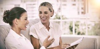 Χαμογελώντας επιχειρηματίες που μιλούν και που εργάζονται από κοινού Στοκ Εικόνες
