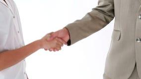 Χαμογελώντας επιχειρηματίες που τινάζουν τα χέρια τους απόθεμα βίντεο