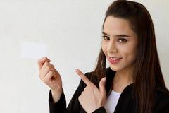 Χαμογελώντας επιχειρησιακή γυναίκα με την κενή κάρτα Στοκ φωτογραφία με δικαίωμα ελεύθερης χρήσης