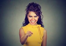 Χαμογελώντας επιχειρησιακή γυναίκα στο κίτρινο φόρεμα που δείχνει το δάχτυλο στο θεατή Στοκ εικόνες με δικαίωμα ελεύθερης χρήσης