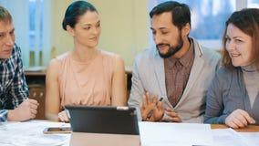 Χαμογελώντας επιχειρησιακή ομάδα που εργάζεται στο γραφείο φιλμ μικρού μήκους