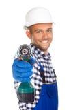 Χαμογελώντας εργάτης οικοδομών με το τρυπάνι που απομονώνεται στο άσπρο backgro Στοκ Φωτογραφίες