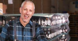 Χαμογελώντας εργαζόμενος ζυθοποιείων που προετοιμάζει τις διαταγές απόθεμα βίντεο