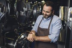 Χαμογελώντας εργαζόμενος ζυθοποιείων Στοκ φωτογραφία με δικαίωμα ελεύθερης χρήσης