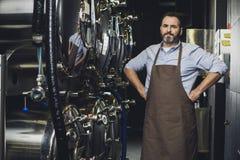 Χαμογελώντας εργαζόμενος ζυθοποιείων Στοκ Φωτογραφία