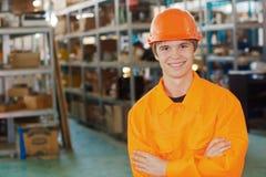 Χαμογελώντας εργαζόμενος σε μια αποθήκη εμπορευμάτων στοκ φωτογραφίες
