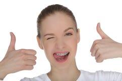 Χαμογελώντας ευτυχές κορίτσι με τα στηρίγματα στα δόντια Στοκ εικόνες με δικαίωμα ελεύθερης χρήσης