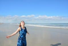 Χαμογελώντας, ευτυχές κορίτσι που απολαμβάνει την ημέρα στην παραλία Στοκ Εικόνες