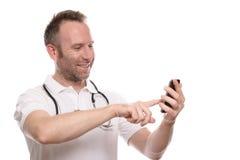 Χαμογελώντας ευτυχής γιατρός που κάνει μια κλήση σε κινητό του Στοκ φωτογραφίες με δικαίωμα ελεύθερης χρήσης